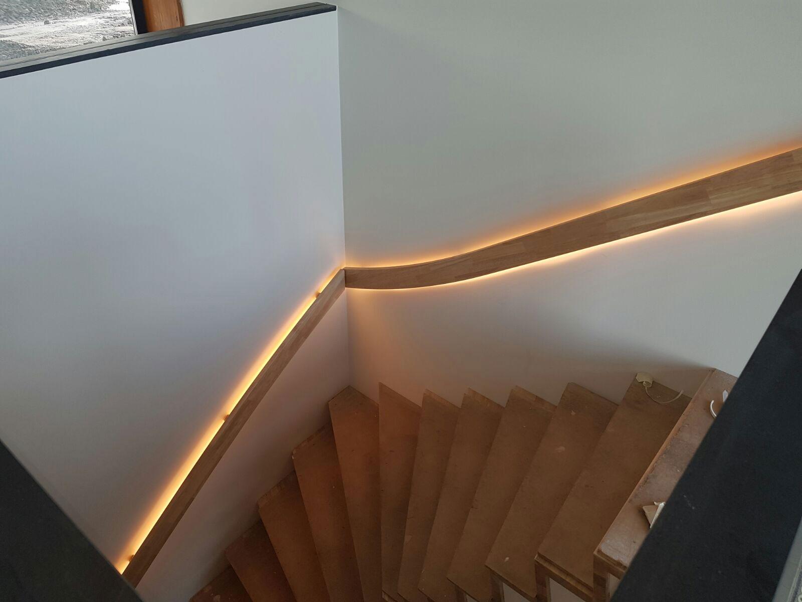 indirecte verlichting in de trapleuning in een woonhuis