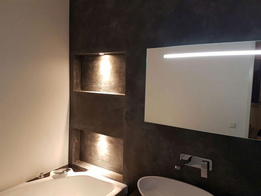 Nisverlichting in een badkamer in een woonhuis